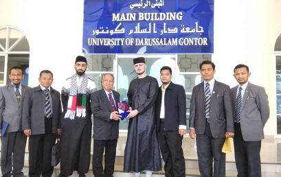 International qori' and hafidz Quran Fatih Seferagic visits UNIDA Gontor